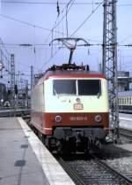 120 003/75307/120-003-9-im-ic-einsatz-in-muenchen 120 003-9 im IC-Einsatz in München; die Lok wird vor den nächsten IC gesetzt, am 08.05.1988.