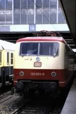 120 003/75308/120-003-9-im-ic-einsatz-abfahrbereit-in 120 003-9 im IC-Einsatz, abfahrbereit in München, am 08.05.1988.